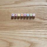 Février multicolore sur un fond en bois de chêne photo libre de droits