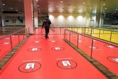 18 février 2019 Ville de Copenhague, Danemark Aéroport de Kastrup L'avertissement se connecte le plancher du couloir de sécurité, image stock