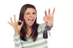 Fêmea étnica com chaves do carro e sinal aprovado da mão Fotografia de Stock Royalty Free