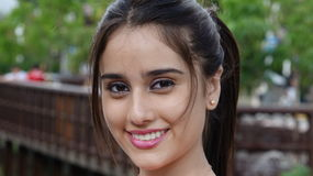 Fêmea adolescente de sorriso no parque imagem de stock