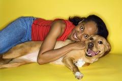 Fêmea adulta que abraça o cão. fotos de stock royalty free