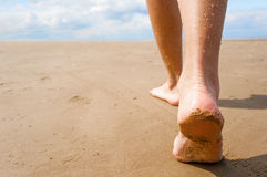 Fêmea, andando abaixo da praia Fotos de Stock