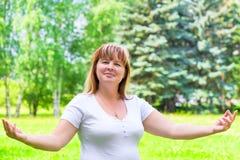Fêmea 50 anos no levantamento branco da camisa Fotografia de Stock