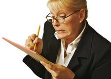 A fêmea apaga o erro das notas Fotografia de Stock