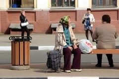 Fêmea, aposentado, aposentado, social, social, bilhete, curso, parada, espera, urna, estação de ônibus, banco, banco, mola, camin foto de stock royalty free