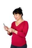 Fêmea asiática com telefone de pilha Fotografia de Stock Royalty Free