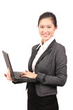 Fêmea asiática no vestuário do negócio que guarda um portátil - série 2 Fotografia de Stock Royalty Free