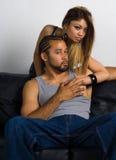 Fêmea asiática que abraça um macho africano de Amercan Fotos de Stock Royalty Free