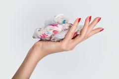 A fêmea bonita entrega o conceito que guarda uma forma o isolador de seda do lenço imagem de stock royalty free