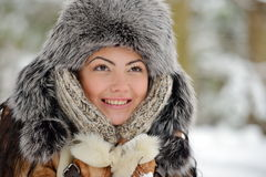 Fêmea bonita no pano luxuoso da cabeça da pele exterior no inverno imagens de stock royalty free