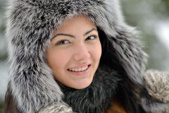 Fêmea bonita no pano luxuoso da cabeça da pele exterior no inverno fotografia de stock