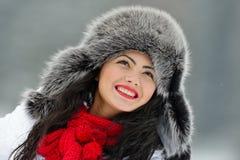 Fêmea bonita no pano luxuoso da cabeça da pele exterior no inverno fotos de stock royalty free