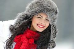 Fêmea bonita no pano luxuoso da cabeça da pele exterior no inverno foto de stock royalty free