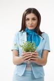 Fêmea bonito que apresenta plantas Fotografia de Stock Royalty Free