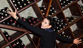 Fêmea brincalhão na adega de vinho imagens de stock royalty free