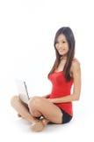 Fêmea chinesa asiática que surfa o Web imagens de stock royalty free