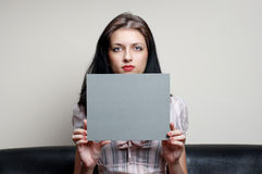 Fêmea com cartão cinzento imagem de stock