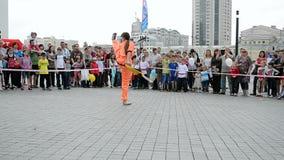 Fêmea com espada, exposição 2014 dos esportes, Kiev, Ucrânia vídeos de arquivo