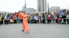 Fêmea com espada, exposição 2014 dos esportes, Kiev, Ucrânia video estoque
