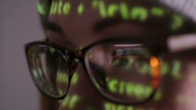 Fêmea com funcionamento de vidros no computador na obscuridade na noite vídeos de arquivo