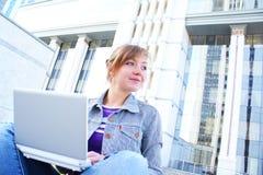 A fêmea com o caderno Imagem de Stock Royalty Free