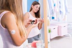 Fêmea com tiras de papel da glicose Imagens de Stock Royalty Free