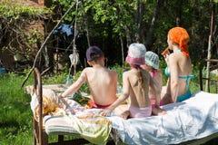 A fêmea com três crianças teve um piquenique Imagem de Stock Royalty Free