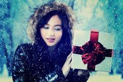 Fêmea com uma caixa de presente no parque Imagens de Stock Royalty Free