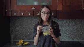 A fêmea com vidros come o café da manhã na cozinha video estoque