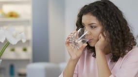 Fêmea consideravelmente biracial que bebe ainda a água e que aprecia a vida, estilo de vida saudável vídeos de arquivo