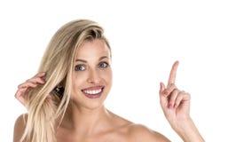 A fêmea contente positiva diz: uau como o excitar é, surpreendeu a expressão, indica no espaço vazio da cópia para o seu fotografia de stock