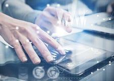 A fêmea da foto do close up entrega a tela tocante a tabuleta moderna Equipe de Businessmans que trabalha o projeto de investimen Foto de Stock