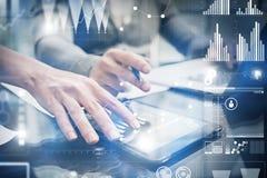A fêmea da foto do close up entrega a tela tocante a tabuleta moderna Financie a equipe que trabalha o projeto de investimento no Foto de Stock Royalty Free