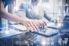 A fêmea da foto do close up entrega a tela tocante a tabuleta moderna Os banqueiros team o projeto de investimento novo de trabal Imagens de Stock
