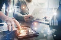 A fêmea da foto entrega a tela tocante a tabuleta moderna Gestores de conta que trabalham o projeto de investimento novo no escri Imagens de Stock