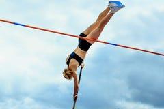 fêmea da ligação em ponte do salto com vara da competição Foto de Stock Royalty Free