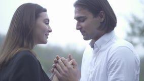 A fêmea de beijo masculina considerável e guardar suas mãos fora indivíduo e amiga que passam o tempo acoplam-se junto no amor vídeos de arquivo