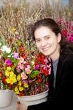 Fêmea de sorriso com flores Foto de Stock Royalty Free