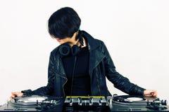 Fêmea DJ nas plataformas giratórias Fotos de Stock Royalty Free