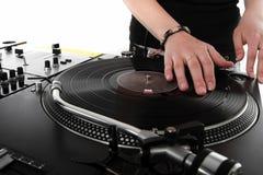 Fêmea DJ que risca o registro de vinil foto de stock