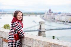 Fêmea do close-up que olha para trás na câmera contra o parlamento do Hungarian da vista foto de stock royalty free