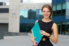 Fêmea do negócio com os dobradores para papéis em suas mãos Imagens de Stock