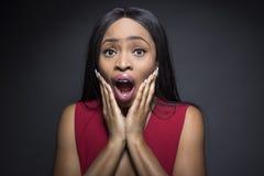 Fêmea do preto com expressões chocadas fotografia de stock