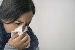 A fêmea doente nova está com a gripe no inverno Copie o espaço Cuidados médicos imagem de stock