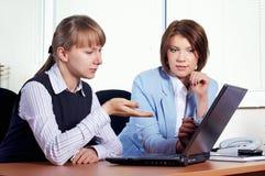 Fêmea dois no escritório fotos de stock royalty free