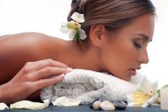 Fêmea durante o procedimento luxuoso da massagem Fotografia de Stock Royalty Free