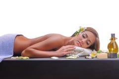 Fêmea durante o procedimento luxuoso da massagem Imagens de Stock Royalty Free