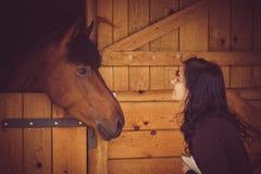 Fêmea e cavalo fotos de stock