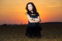 Fêmea elegante no campo Fotos de Stock Royalty Free