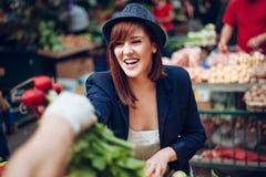 Fêmea em Market Place Imagens de Stock